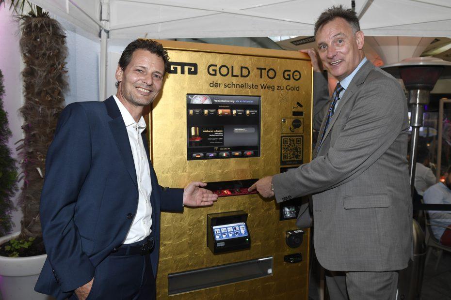 Rudolf Engelsberger & Prof. Dr. ph. oec. Uwe Starke vor dem GOLD TO GO Automaten